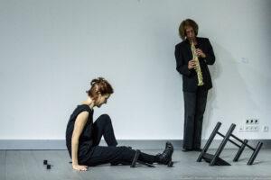 """SCHIELE fest 2017: """"Zwischen den Stühlen"""", Solo-Tanzperformance Sybille Starkbaum, Musik: Martina Cizek, © Elisabeth Nesensohn"""